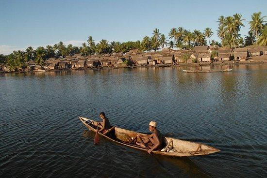 Le beau village au bord du canal des Pangalanes Mananjary-Madagascar