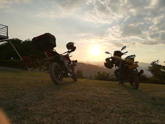 Nimaima, Colombia: El maravilloso atardecer ( y nuestras motos )