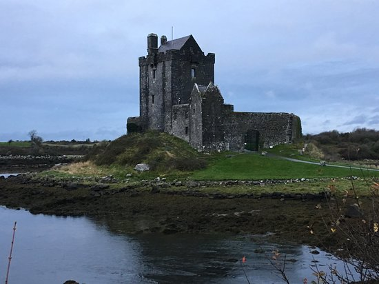 Dungaire Castle: vista del castello dalla passeggiata sulla strada