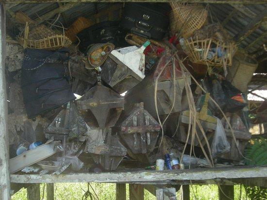 Putussibau, Indonesien: Kulambu is a burial system of Dayak Taman at Semangkok Sungai medalam Kapuas hulu