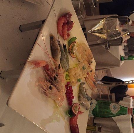 Fontanafredda, Italy: Antipasto di crostacei misti per due + tartare di ricciola e avocado. Spettacolare!