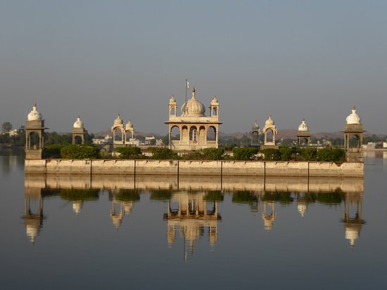 Dungarpur, Indie: the temple island at sunset