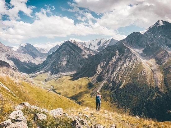 สาธารณรัฐคีร์กีซ: Warst du schonmal in Kirgistan? Nein?! Dann wird es allerhöchste Zeit! Nicht ohne Grund wurde dieses traumhafte Land von Lonely Planet für 2019 zum Top-Reiseziel gekürt.