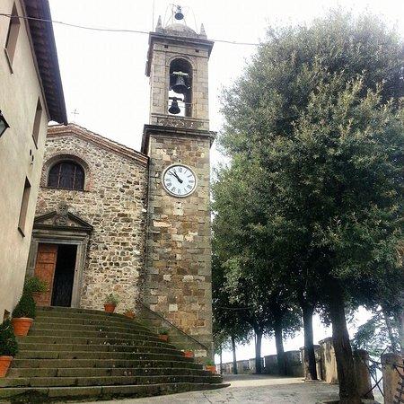 Seggiano, Italy: הכנסייה ומגדל השעון