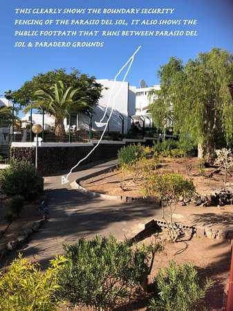 This phoyo shows how nice Parasio del sol grounds and security is but has the foot path running through the grounds to the bridge