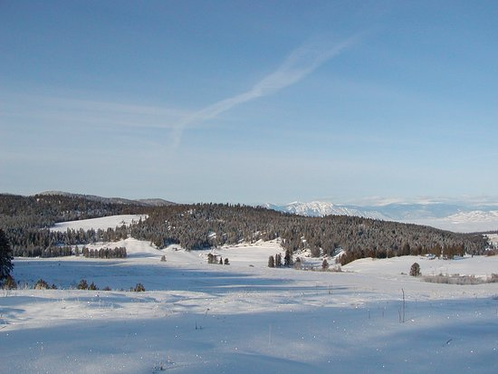 Oroville, WA: This is a long-range view of Eden Valley Guest Ranch Cabins in winter.  Camera is early a mile east of Cabins.  Trails system borders resort on west and south sides.