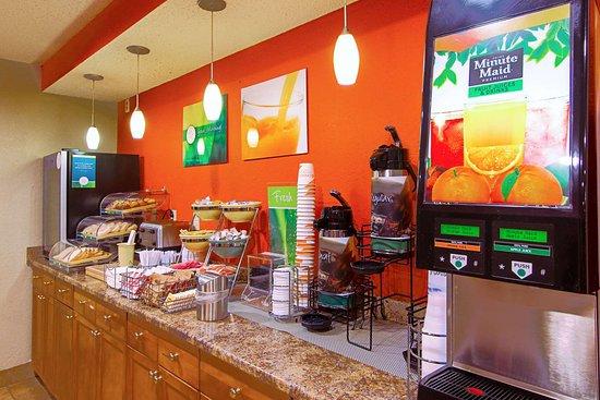 Plainfield, CT: Breakfast area