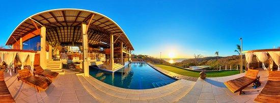 Playa Maderas, Nicaragua: Pool and putting green.