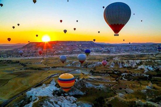 卡帕多西亚在日出时的气球飞行