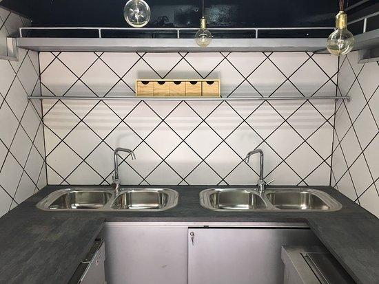 Barcelona, Spain: Lavamanos, mesa de trabajo, apertura por ambos lados, espectacular!!! https://www.buscofoodtruck.es/alquiler-food-trucks-con-equipacion-profesional/#camiones