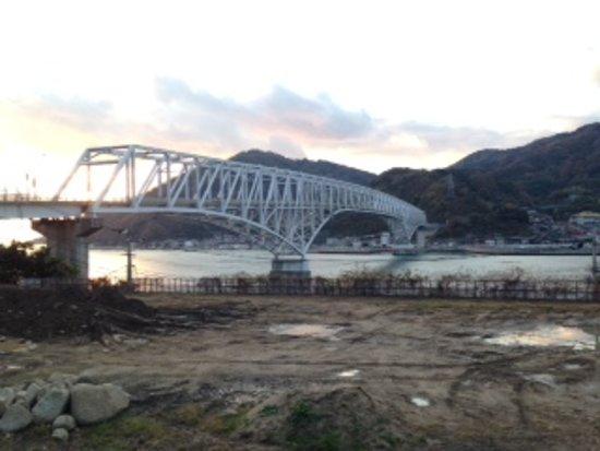 Kure, Nhật Bản: 橋の外観、ちょっと風景とマッチしていない。