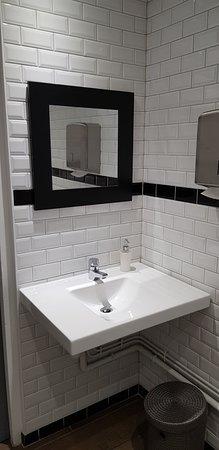 Restaurant de la Place: Chouette lavabo très sérieux et murs carrelés
