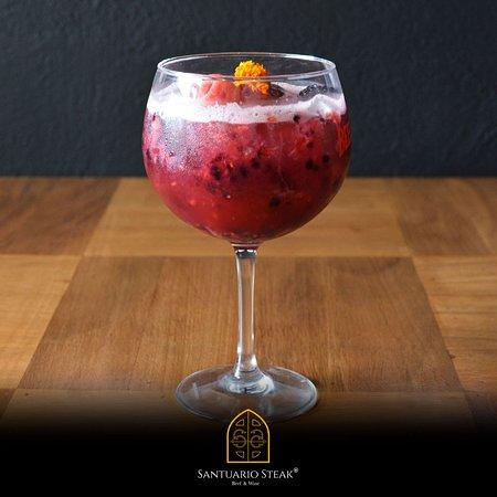 """Se te antoja un """"Very Berry Santuario"""" Deliciosa bebida sin alcohol de frutos rojos y mix de lychee. #Mixologia #SantuarioSteak #VeryBerrySantuario #ParaQuienSabeBeber"""