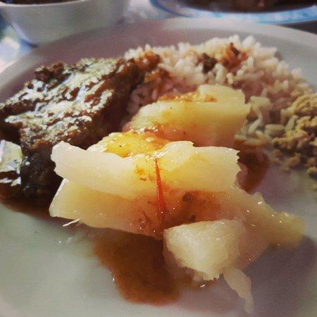 Aguas Mornas: Aipim cozido com carne de panela, farofa, frango assado e costelinha de porco tudo muito bom.