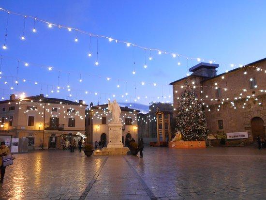 Statua Dedicata a San Benedetto Santo Patrono: Norcia natalizia