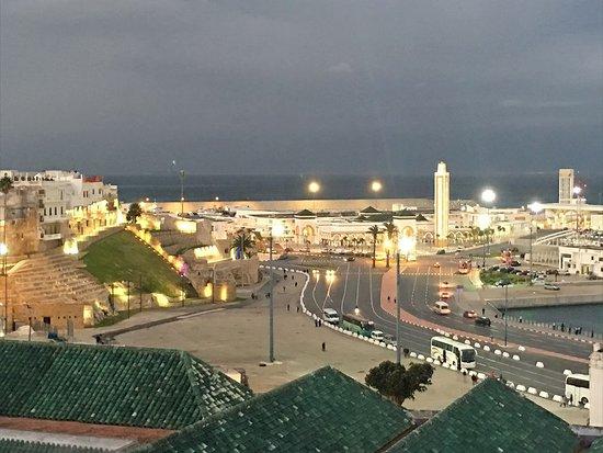 Hotel Mamora: Vista de una parte del puerto y en primer término lestán los tejados de la Gran Mezquita. Utilicé el zoom.