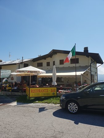 Giumello, Italy: cielo limpido, sole, e tavoli affollati