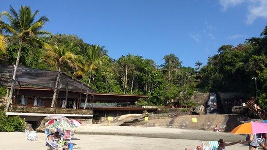 Interessante de se conhecer! Praia diferenciada pela presença de cachoeira, cercada de mata e de acesso limitado.
