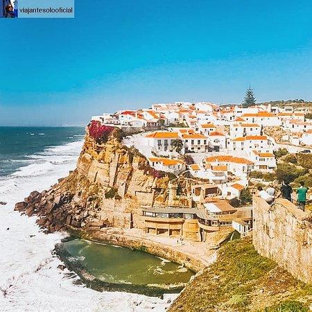 Um lugarzinho que não pode faltar no seu roteiro em Portugal: Azenhas do Mar é uma aldeia pertinho de Sintra 😊😎 e que vista linda do mar!