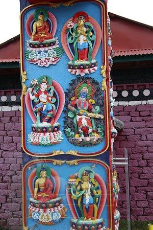 Tengboche, نيبال: A pillar at the entrance to the Tengboche Temple.