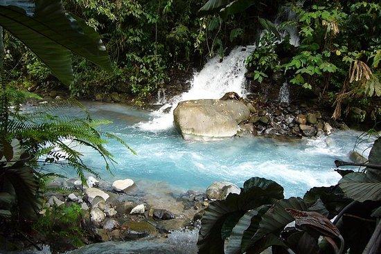Cachoeiras do rio vulcânico azul e aventura de banho...