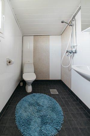 Turo-mökin kylpyhuone on remontoitu 2018.