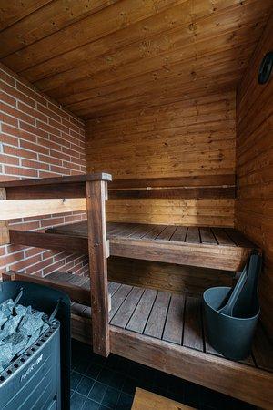 Turo-mökin sauna on remontoitu 2018. Puulämmitteinen kiuas antaa hyvät löylyt.