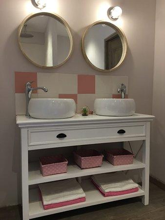 """Robion, ฝรั่งเศส: Salle de bain de la suite """"Fil de Soie"""""""