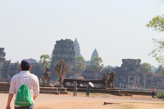 סיאם ריפ, קמבודיה: Gate to going into Angkor Wat: Tip for getting this experience: Buy your ticket in advance ( if you are foreigner) , bring your camera with power bank, and breakfast prepared ready with coffee, you will starving after that.