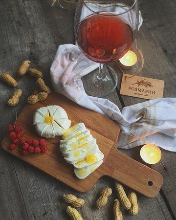"""Vladimir Oblast, Rosja: Деревенский сыр из коровьего молока. Натуральный,молодой сыр,сделанный из собственного сырья. Ферма """"Улово""""."""