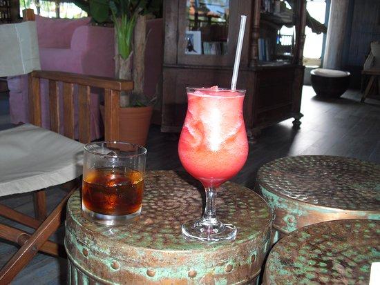 VH Gran Ventana Beach Resort: Vintage Club had lots of cocktails.