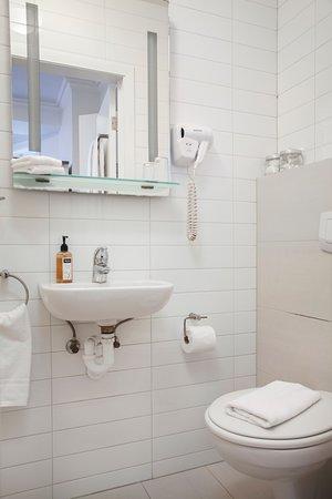 Hotel Hilda: Family Room Bathroom (Double plus Single)