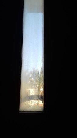 Окна, точнее узкие кусочки стекла грязные