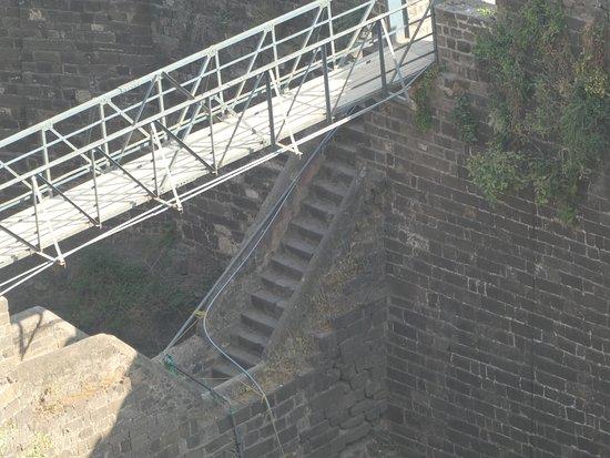 Daulatabad, الهند: Un pont en V et un pont en cuir (maintenant en acier): l'accès n'était pas facile!
