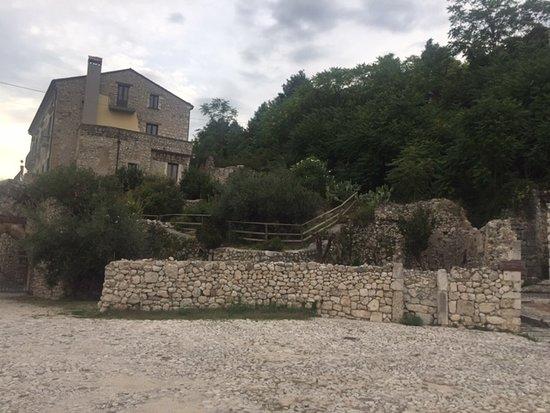 San Pietro Infine, Italie : Houses around main square