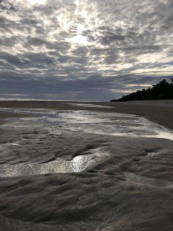 Libertad, Uruguay: cuando baja la marea en el balneario Kiyú, en San José, Uruguay, queda así la costa. Espectacular estar ahí.