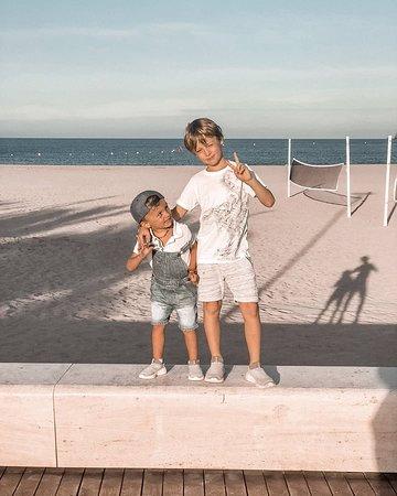 Spanien: Мы любим вечером сходить погулять на пляж, тем более тепло в Испании вечером, как в Петербурге в отличный день днем. Кроме нас, туда приходит еще несколько сотен человек в это же время, дети играют на площадках, а родители в барах. Набережная пешеходная и на ней, что называется, «дым коромыслом»: кто-то на великах, кто-то на скейте, кто-то дрона запускает, кто-то в футбол играет дурдом основательный, но всем весело.