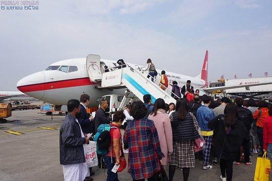 Shanghai Airlines: 그라운드에서의 탑승. 동방항공의 보딩패스는 뜯는 곳이 2개인 경우가 일반적으로, 이런 경우 터미널 게이트에서 하나를 뜯고 비행기에 오르기 전 나머지 하나를 뜯어 최종으로 큰 부분 하나만을 승객에게 남겨주는 경우가 있으니 보딩패스의 점선을 잘 확인한다.