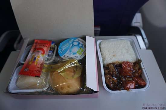 Shanghai Airlines: 2시간 구간에 정상에 준한 식사가 제공되지만 수준은 보통이다.