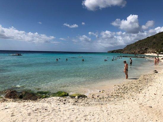 Playa PortoMari: Voltei à praia de Porto Marie depois de cinco anos.  Ela continua maravilhosa mas sem estrutura.  Tempos-quentes pagar para sentar mas não há boa comida para os turistas no local.  A beleza é o que vale - realmente - à pena!
