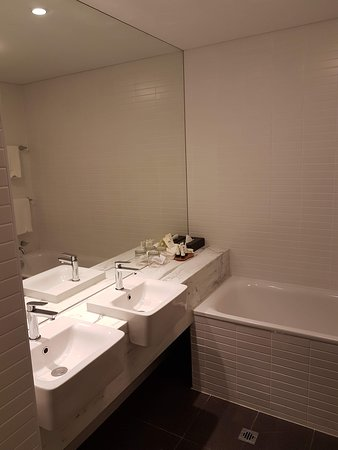 Rosehill, Australien: Double vanity and bathtub