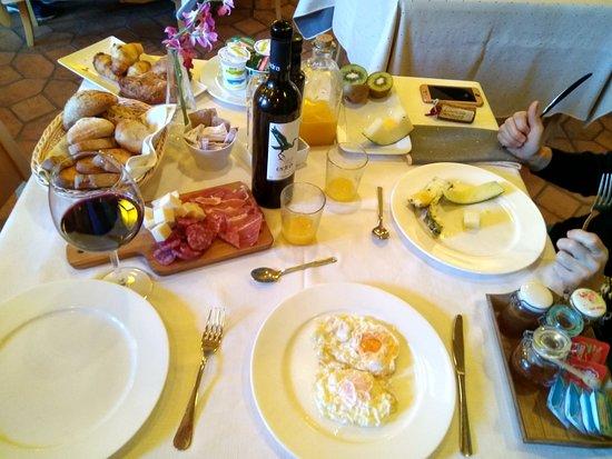 Lanuza, Испания: Impresionante desayuno; si te comes todo...