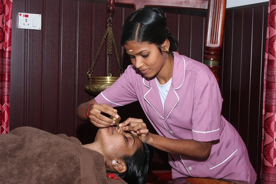 Muvattupuzha, Ινδία: Nasyam - Drops of medicated oil are administered in each nostril of the patient. This treatment eliminates the toxins from the head and neck region and is useful in curing headaches, migraine, sinusitis, chronic cold , chest congestion, cervical spondylosis and Facial Palsy.  It assures lightness of the body and head ensures better sleep. Helps in curing degeneration of cervical vertebrae.