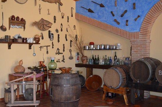 Muel, Испания: Nuestra tienda museo donde a parte de poder degustar los vinos que elaboramos, podrás ver muchas antigüedades.