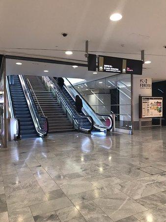 Grand centre commercial accessible en metro