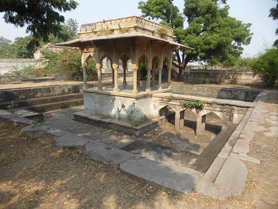 Raja Rai Singh Mahal: a basin with a pavilion