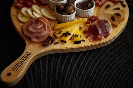 Tábua Rasa: The best selection of Portuguese cheeses and cured meats.