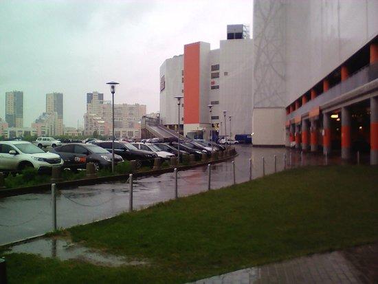 Aviapark Mall: Здание ТЦ совершенно точно можно увидеть издалека.