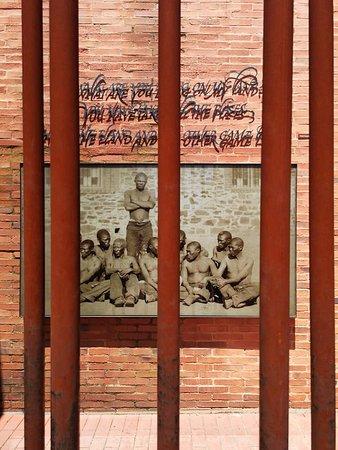 Apartheid Museum: Sculpture.