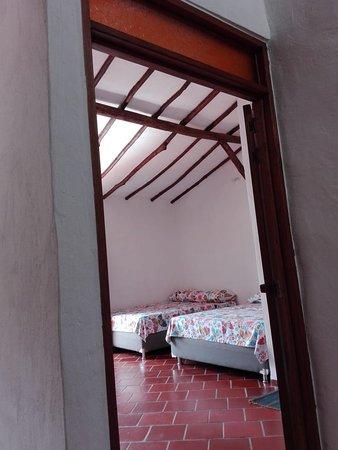 Curití, Colombia: El Hostel Home Curiti está ubicado a pocas  cuadras de la plaza principal, es un hostal acogedor para un viajero local,   en pareja o  grupos, tenemos una cocina abierta de 7 am a 9 pm, conexión inalámbrica a internet gratuita y también ofrecemos actividades como rafting, parapente, espeleología, canyoning, bungee Jumping, entre otros. Este es el lugar perfecto para relajarse en Curiti,  es un lugar tranquilo desde el centro de la ciudad con un ambiente familiar. Somos la mejor información.